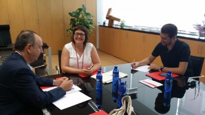De izqda. a dcha.: Miguel Millana (Presidente de Feves), Sonia Tirado (Concejala de empleo Ayto. Alicante) y Juan Ángel Conca (Asesor de la Concejala)