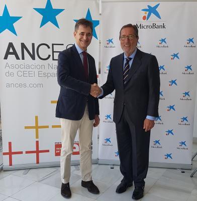 El presidente del ANCES, Álvaro Simón junto al presidente de MicroBank, Antonio Vila