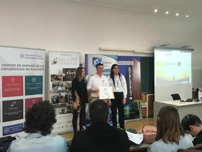 Olga Jornet, hace entrega del premio CEEI Elche a Tejo Trip